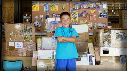 Niño fabrica salón de videojuegos de cartón y es fenómeno en internet